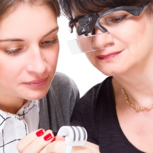 Occhiali ingrandenti con doppia illuminazione LED e 5 lenti differenti