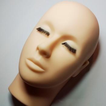 Testa di manichino con occhi chiusi, con e senza ciglia